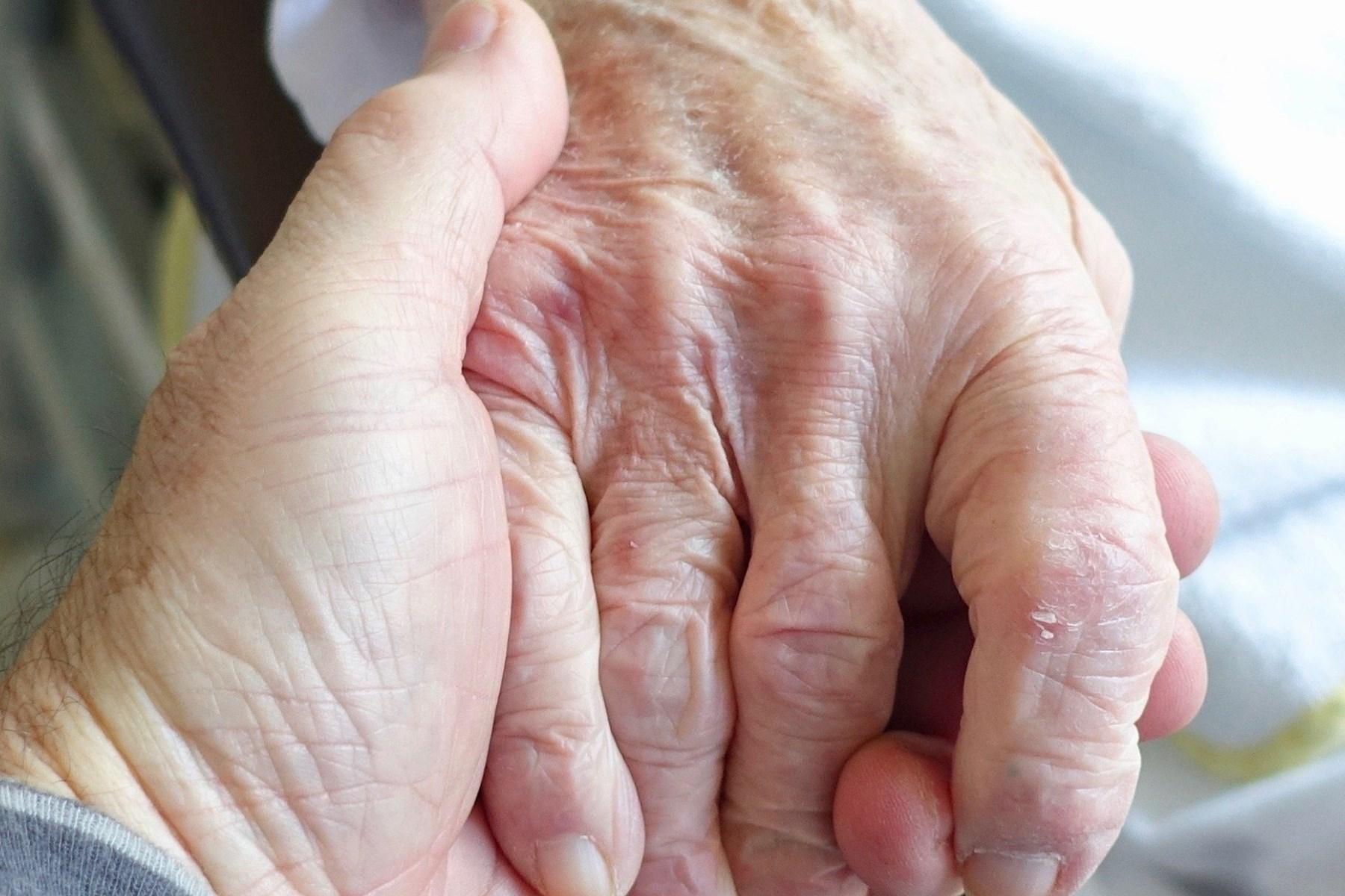 Tagesordnungsantrag | Virensicherer Vorhang für Umarmungen in Seniorenwohnheimen